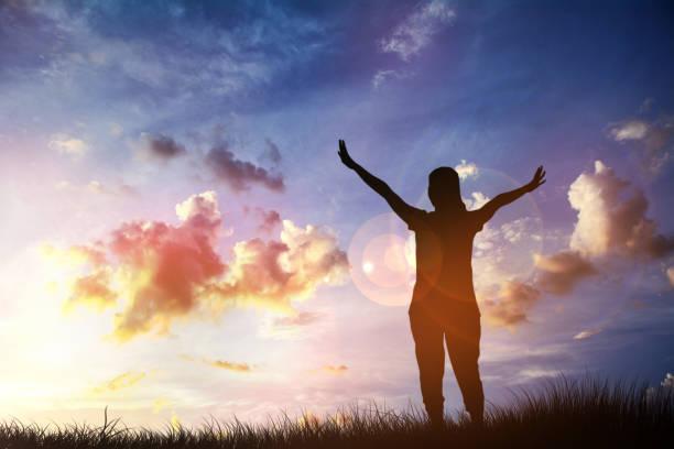 pueblo cristiano adora a dios sobre la cruz en cielo nublado - lunes de pascua fotografías e imágenes de stock