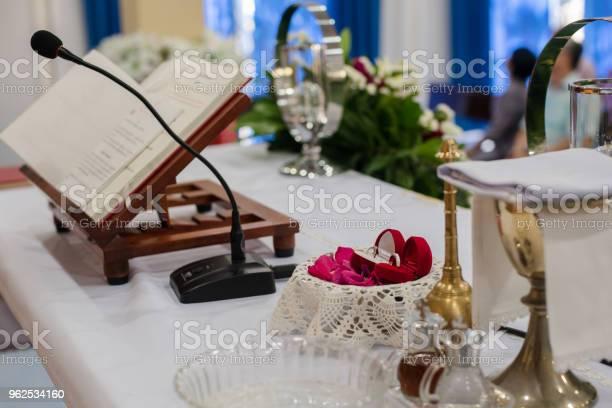 Foto de Cristã De Casamento Em Uma Igreja Cristã e mais fotos de stock de Aberto