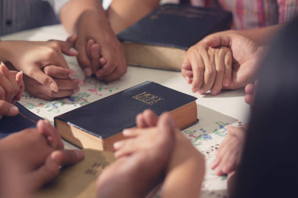 christen und bibel studienkonzept. gruppe der jüngerschaft studium von gottes wort in der kirche und christen halten, jede andere hand gemeinsam beten - bible stock-fotos und bilder