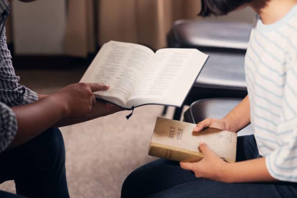 christen und bibel studienkonzept. treffen sie die christ religion, gruppe von christen, die das wort gottes in der kirche und beten zusammen studieren - bible stock-fotos und bilder