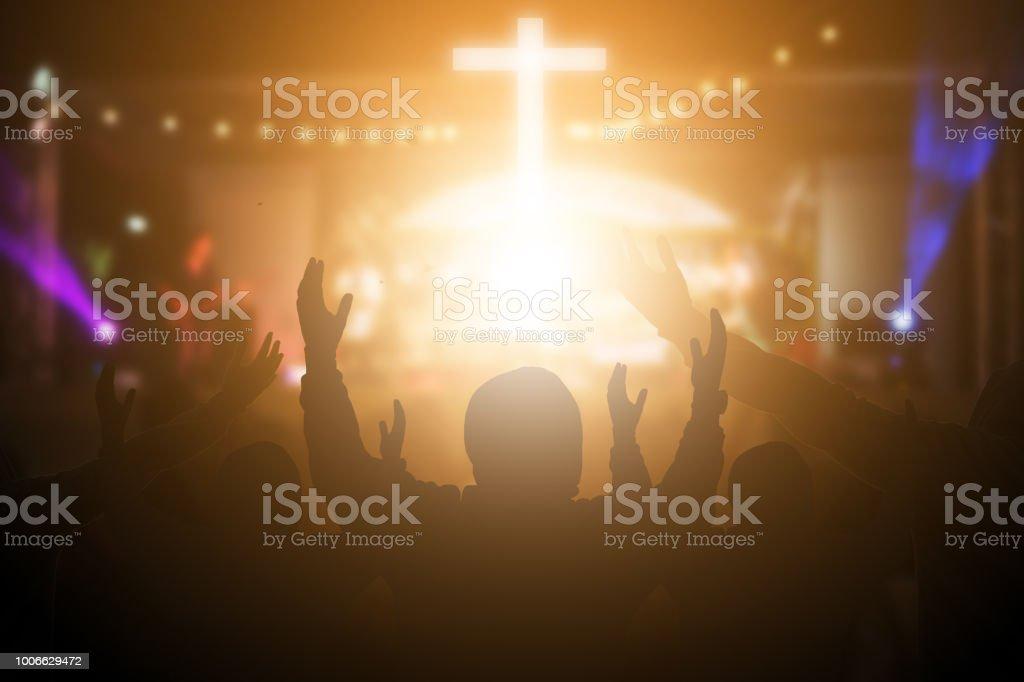 基督徒在夜間音樂音樂會上舉手表揚和敬拜。聖餐療法保佑上帝説明悔改天主教復活節借給心靈祈禱。基督教的概念背景。 - 免版稅一起圖庫照片