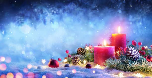 weihnachten advent - rote kerzen mit ornament auf schnee - weihnachtskarte stock-fotos und bilder