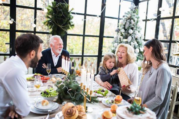 weihnachten immer vereint die familie - kinderzimmer tischleuchten stock-fotos und bilder