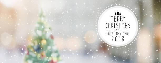 weihnachten und glückliches neues jahr 2018 auf unscharfen bokeh weihnachtsbaum mit schneefall banner hintergrund - schild mode stock-fotos und bilder