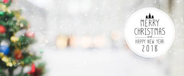 weihnachten und glückliches neues jahr 2018 auf unscharfen bokeh weihnachtsbaum mit schneefall hintergrund. - zitate weihnachten stock-fotos und bilder