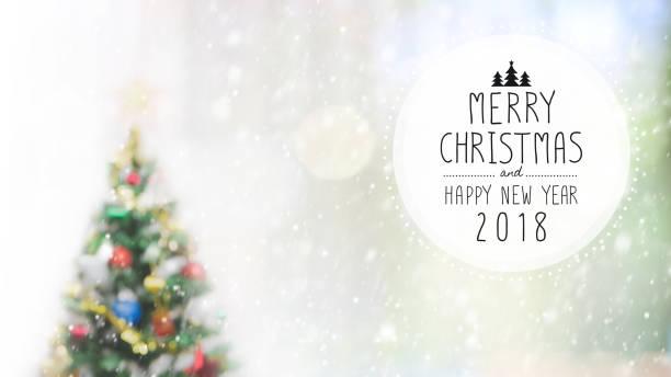 weihnachten und glückliches neues jahr 2018 auf unscharfen bokeh weihnachtsbaum mit schneefall hintergrund. - es schneit text stock-fotos und bilder