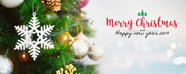 weihnachten und glückliches neues jahr 2019 auf unscharfen bokeh weihnachtsbaum hintergrund mit schneefall. - zitate weihnachten stock-fotos und bilder