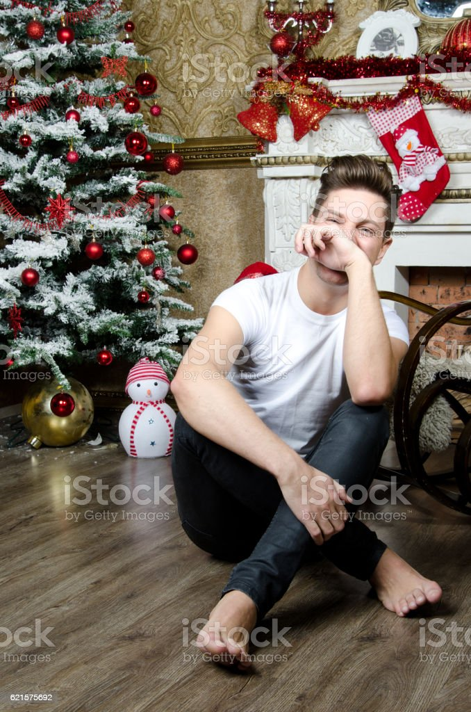 Christmas and joy. Attractive guy smiling. photo libre de droits