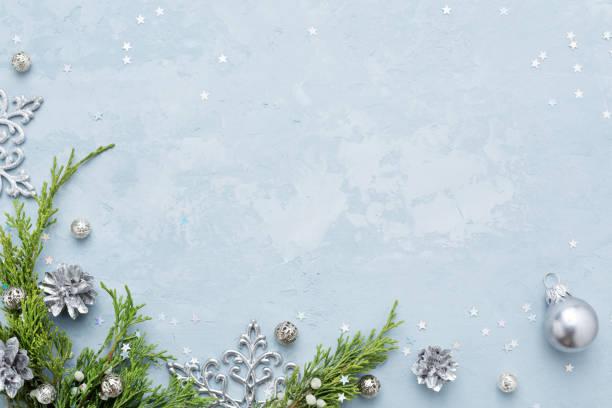 Weihnachten und Neujahr Hintergrund mit Rahmen aus silbernen Verzierungen auf blauen Textfreiraum. – Foto