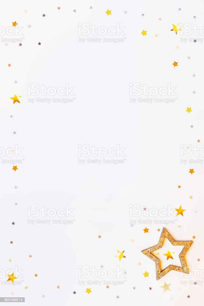 Weihnachten und Neujahr Hintergrund mit funkelnden Goldenen Sternen Rahmen und Konfetti. Urlaub-Symbole auf weißem Hintergrund mit Platz für Text. – Foto