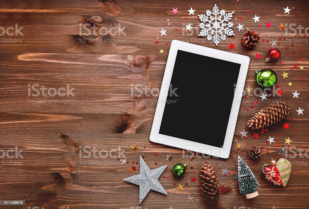 Weihnachten und Neujahr Hintergrund mit Tablet und Dekorationen. – Foto