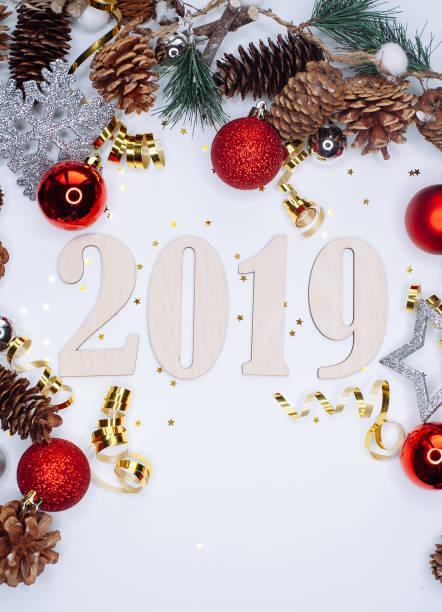 Weihnachten und Neujahr Zusammensetzung. 2019 Simbols und Tanne Zweige mit Zapfen und Weihnachtskugeln in den Farben Silber und rot auf weißem Hintergrund. – Foto