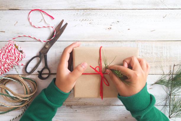 weihnachten und neujahr geschenke - winterdeko basteln stock-fotos und bilder