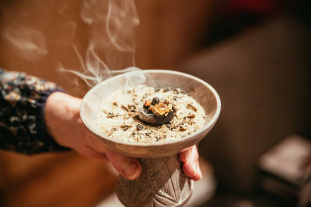 weihnachts-und neujahrsritual: traditionelles (esoterisches) räucherstäbchen, rauch - feng shui einrichten stock-fotos und bilder