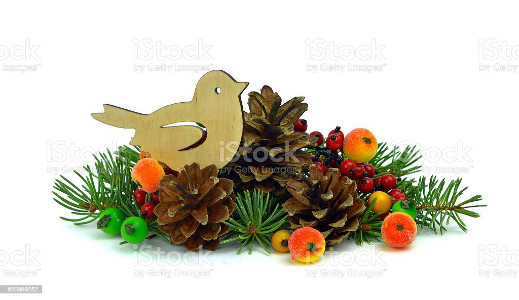 Christmas arrangement. Christmas tree, handmade toys, berries. isolated. foto royalty-free