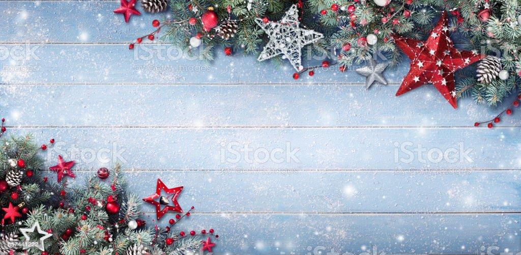 Fondo de Navidad - ramas de abeto y adornos en tablón cubierto de nieve foto de stock libre de derechos