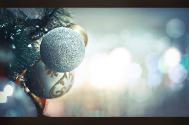 weihnachten hintergrund für ihr design. neues jahr. winter-bild mit einem geschmückten christbaum spielzeug. stock foto - promi zuhause stock-fotos und bilder