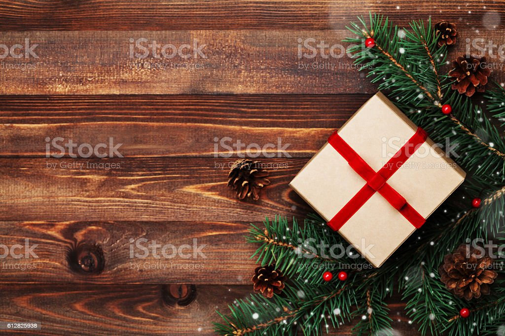 Christmas background of gift box, fir tree and conifer cone. – Foto