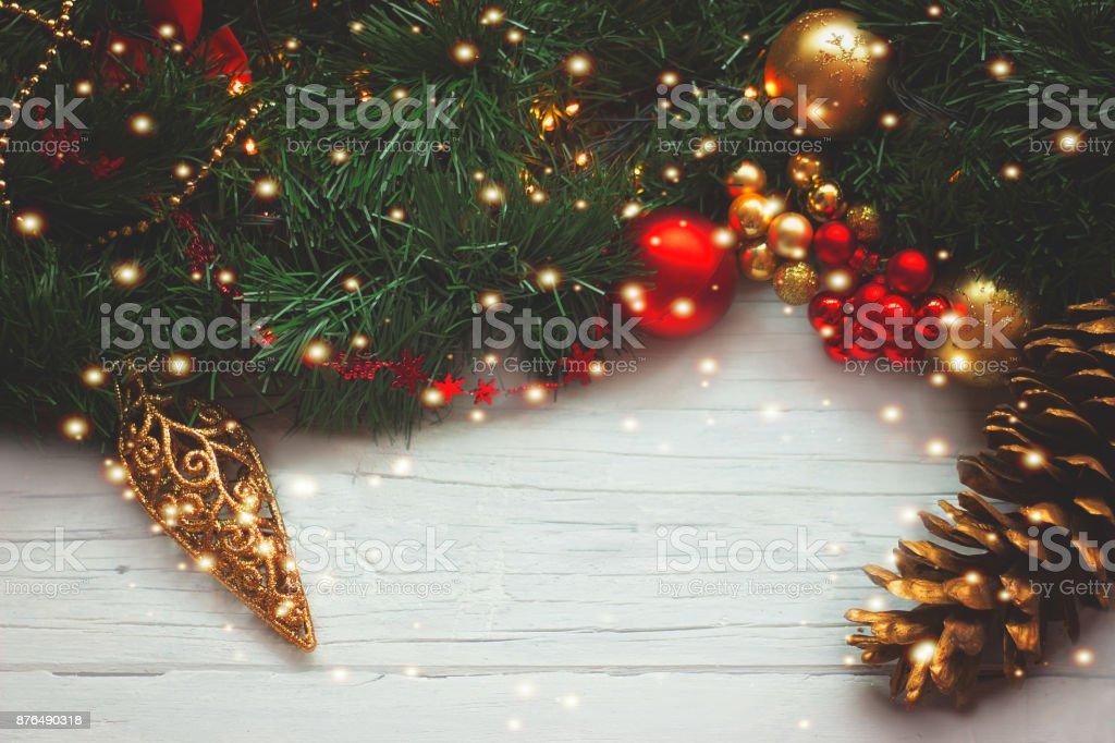 Weihnachtsbeleuchtung Tannenzapfen.Weihnachten Hintergrund Tannenzapfen Und Ornamente Auf Holz