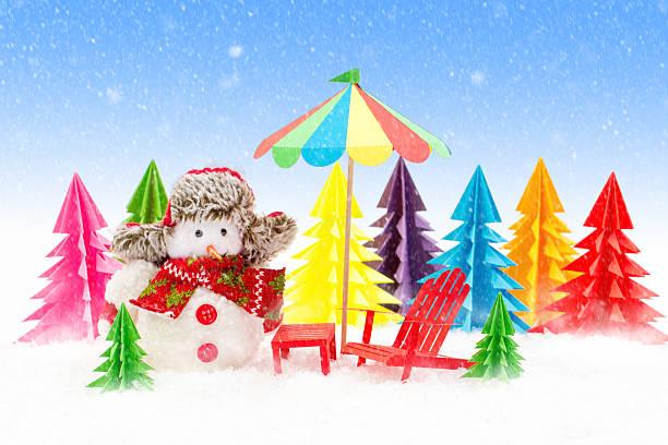 christmas background, snowman with sun lounger and beach umbrella. - winterdeko basteln stock-fotos und bilder