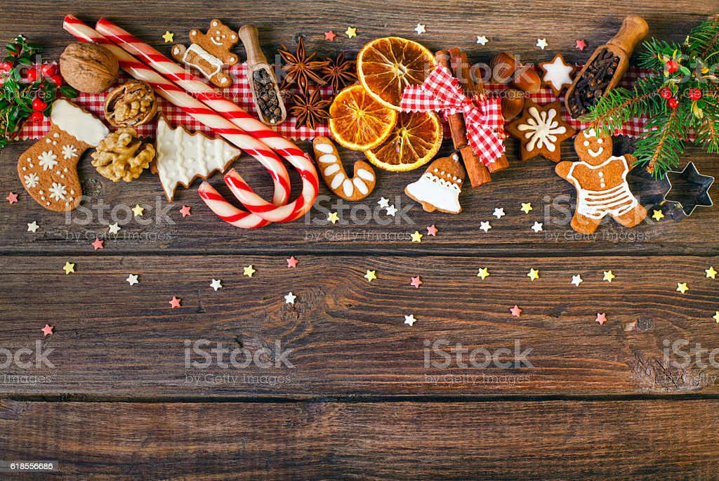 Christmas background with Christmas cookies, decoration and spices - foto de acervo