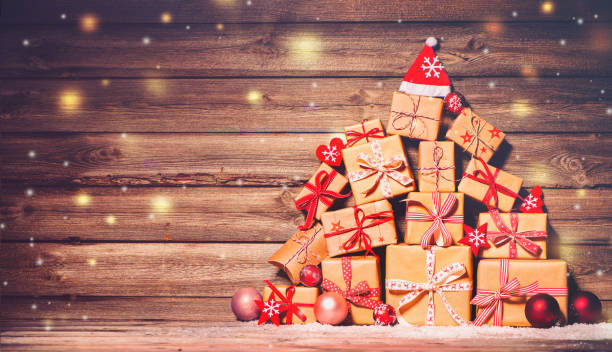 sfondo natalizio con decorazioni e scatole regalo - regalo natale foto e immagini stock