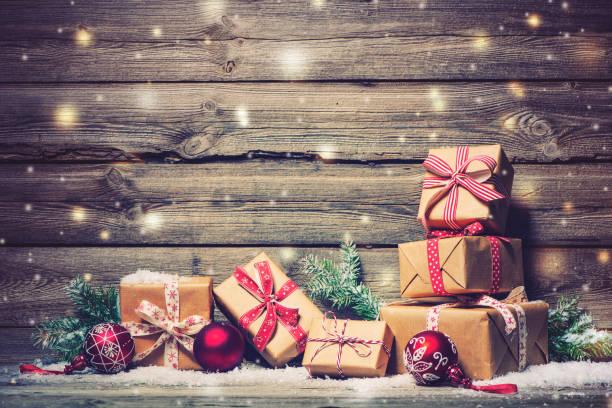weihnachtshintergrund mit dekorationen und geschenkboxen - gutschein weihnachten stock-fotos und bilder