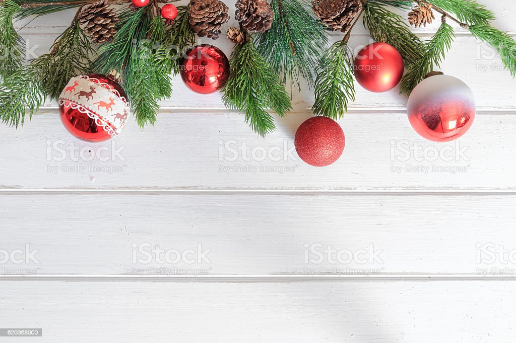 Christmas background with decorations on white wooden board. foto de stock royalty-free