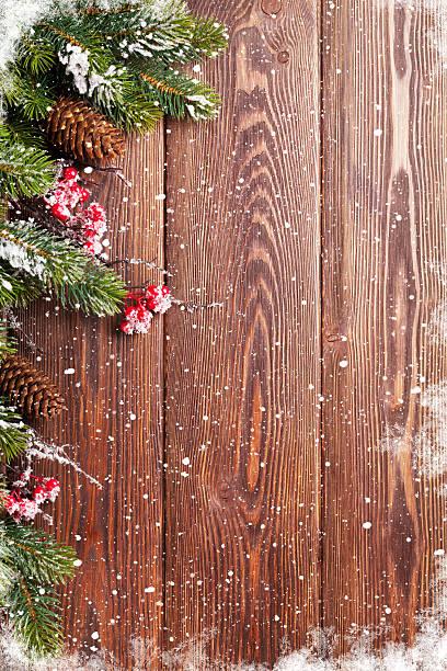 weihnachten hintergrund mit tanne baum - kiefernzapfen stock-fotos und bilder