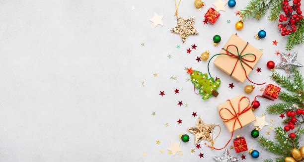 weihnachten hintergrund mit geschenk-boxen, festliche dekor, tannenbaum zweige. - kieferngewächse stock-fotos und bilder