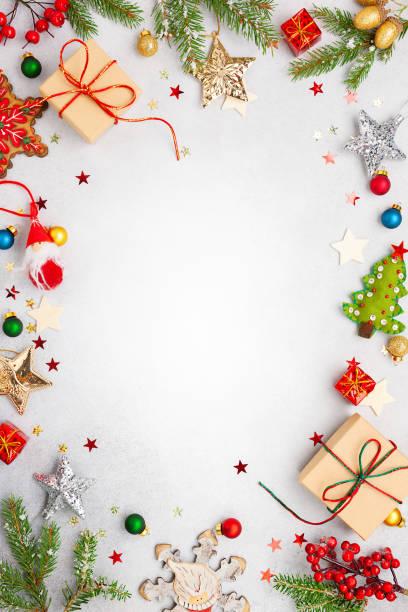 рождественский фон с подарочными коробками, праздничным декором, еловыми ветвями. - merry christmas стоковые фото и изображения