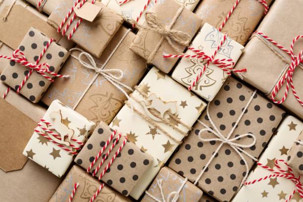 Weihnachten Hintergrund mit Geschenk-Boxen verpackt in braun Kraft Papier flach lag. – Foto