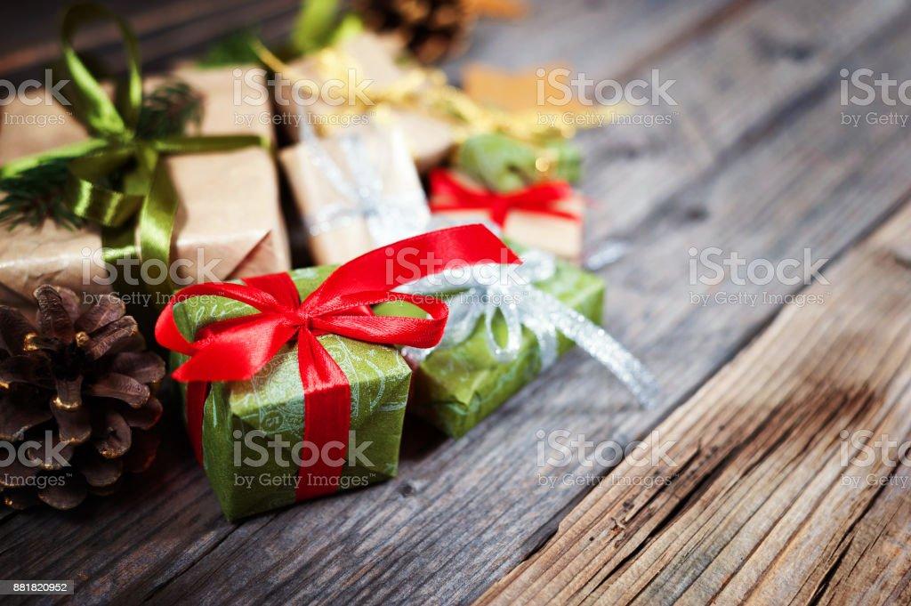 Weihnachten Hintergrund mit Geschenk auf hölzernen Hintergrund mit Tannenzweigen. Weihnachten und Happy New Year Zusammensetzung. – Foto