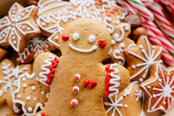 kerst achtergrond met peperkoek koekjes - speculaas stockfoto's en -beelden