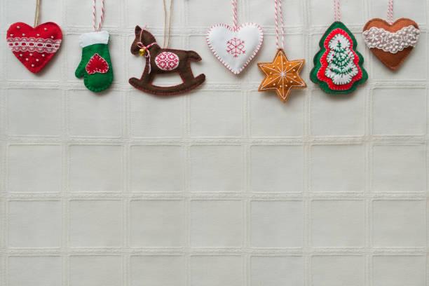 weihnachten hintergrund mit handgefertigten filz dekorationen: herz, stern, schaukelpferd, handschuhe, pfefferkuchen. - do it yourself invitations stock-fotos und bilder
