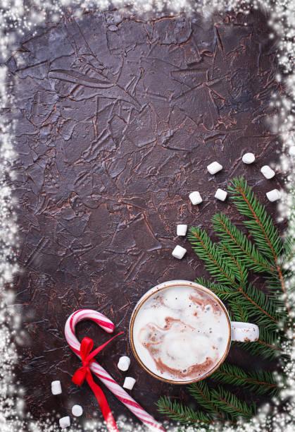 weihnachten hintergrund mit latte und candy cane - pfefferminzschokolade stock-fotos und bilder