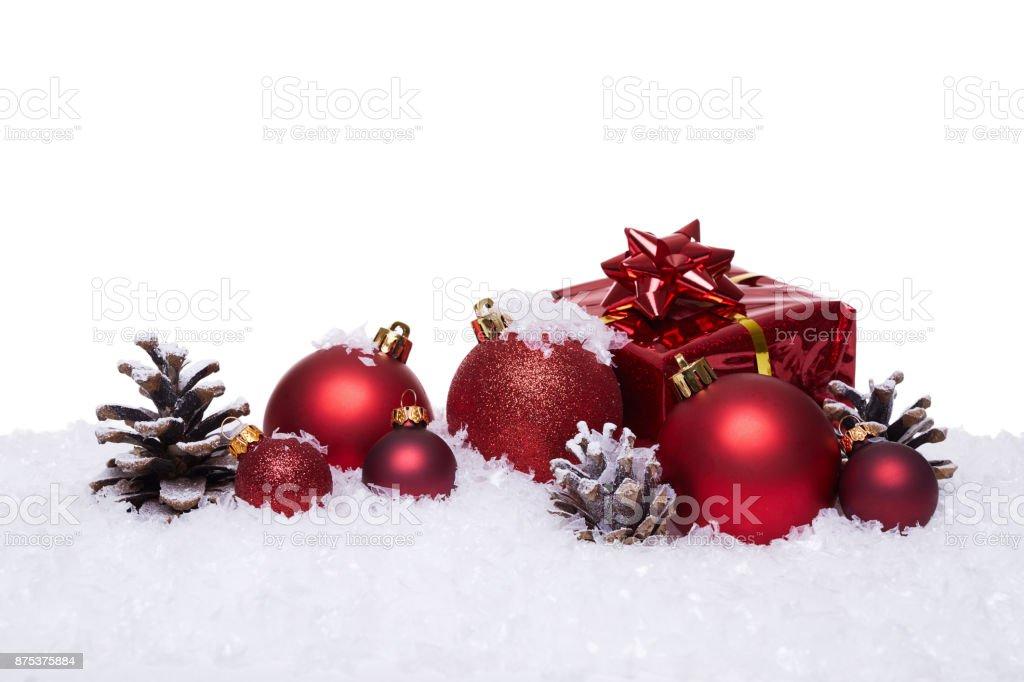 Weihnachten Hintergrund mit roten Kugeln auf Schnee – Foto