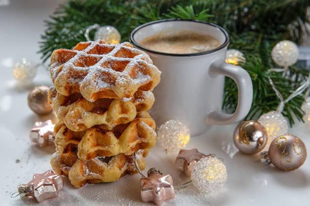weihnachten hintergrund. frühstück waffeln mit kaffee. - zimt waffeln stock-fotos und bilder