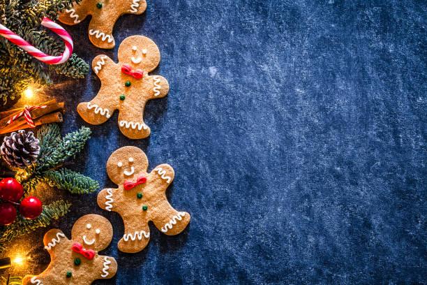 kerst achtergronden: zelfgemaakte peperkoek koekjes grens met kopieer ruimte. - december stockfoto's en -beelden