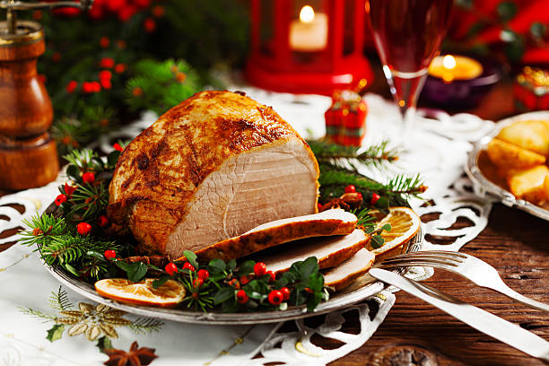 christmas baked ham, served on the old plate. - cena natale foto e immagini stock