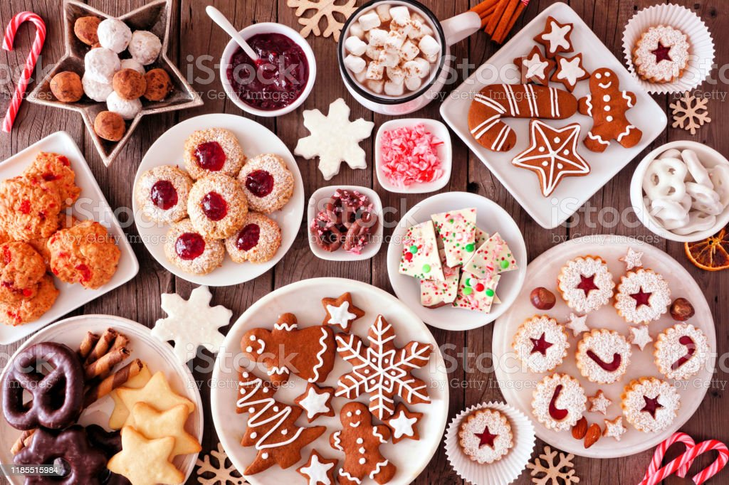 Christmas baking table scene with assorted sweets and cookies, top view over a rustic wood background - Royalty-free Acima Foto de stock