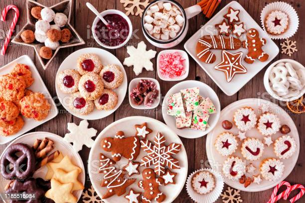 Christmas Baking Table Scene With Assorted Sweets And Cookies Top View Over A Rustic Wood Background - Fotografias de stock e mais imagens de Acima
