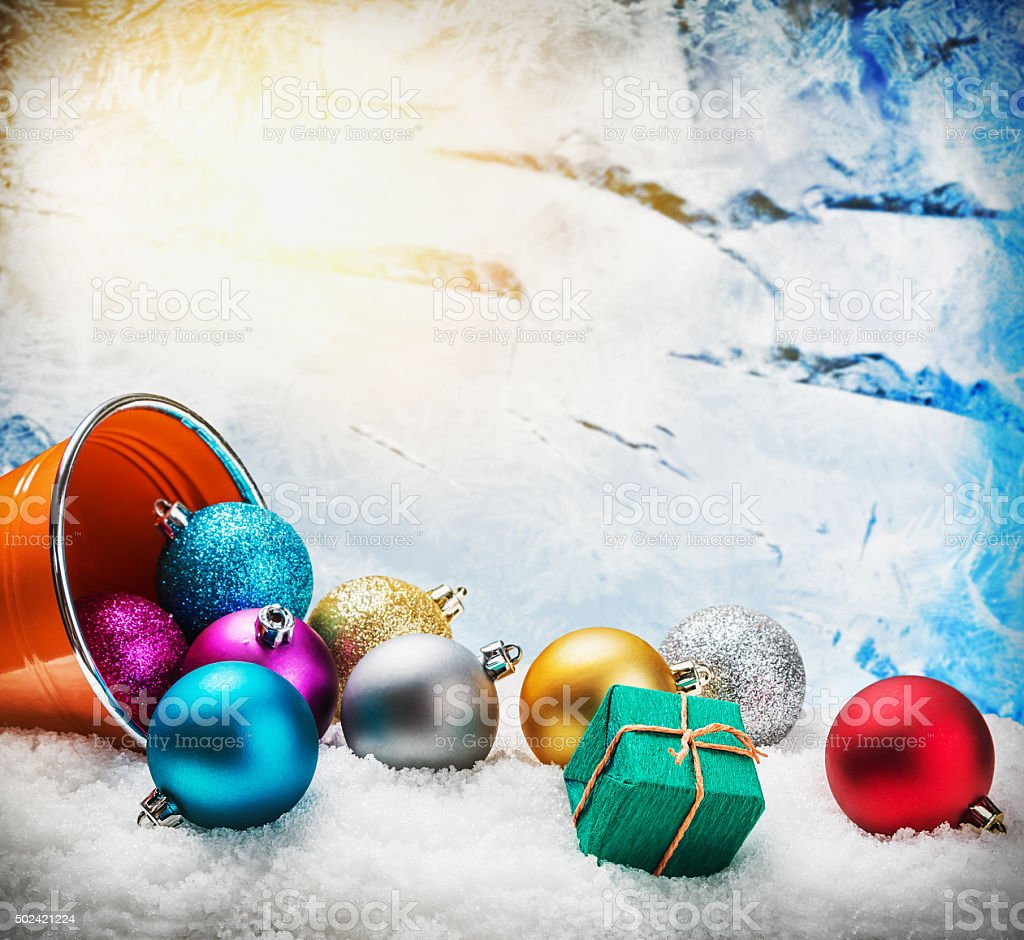 Regali Di Natale Frozen.Palle Di Natale E Regali Sulla Neve Sui Frozen Fotografie Stock E