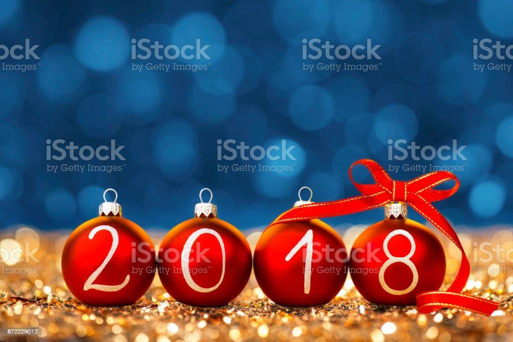 Weihnachtskugeln und Band im Jahr 2018 auf Glitzer angeordnet – Foto