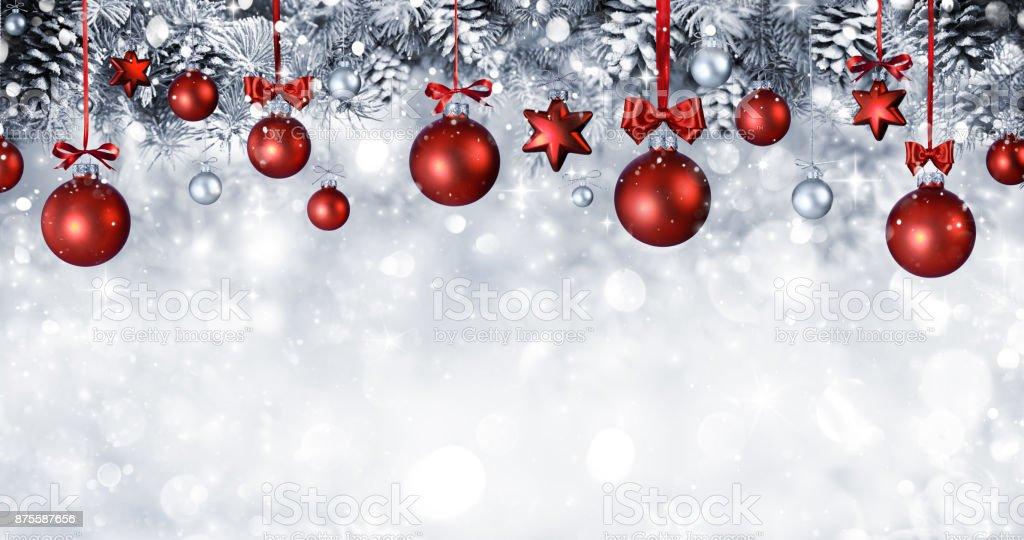 Weihnachten Kugeln hängen mit verschneiten Tannenzweigen – Foto