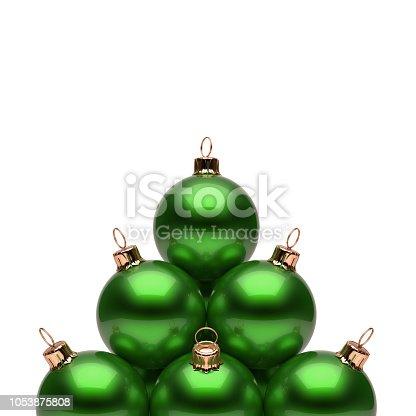 e9c781e910c 1053955454istock Bolas de Navidad de la pirámide verde brillante. Grupo de  adorno de año nuevo