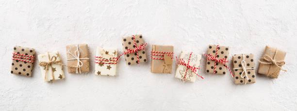 Christmas Banner mit dekorierten Weihnachts-Geschenk-Boxen auf weißem Hintergrund Textfreiraum. – Foto