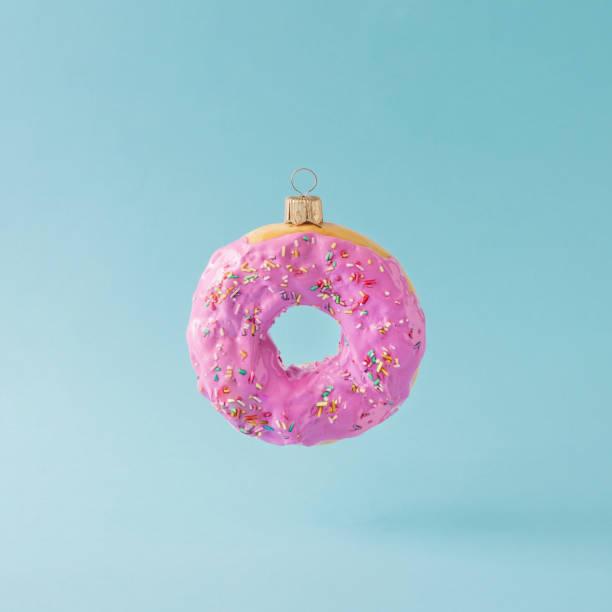 weihnachtsdekoration christbaumkugel rosa kuchen gemacht. minimale neujahr konzept. - weihnachtsessen ideen stock-fotos und bilder