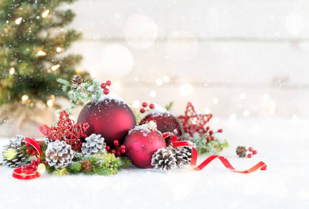 Weihnachtskugeln auf weißem Holz Hintergrund – Foto