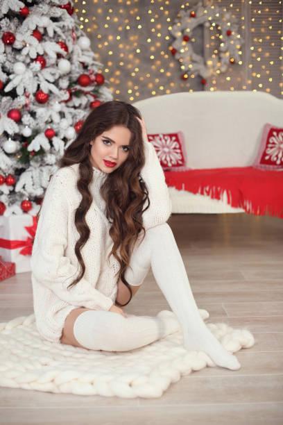 weihnachten. schöne lächelnde frau in weißen strickpullover und - strickmantel stock-fotos und bilder
